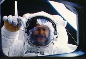 Der Astronaut David Griggs winkt