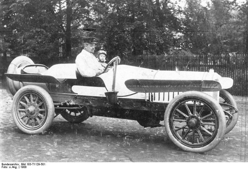 Der Autofabrikant August Horch in seinem Wagen, 1908
